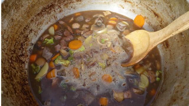 rensdyrsuppe med urter i gryde