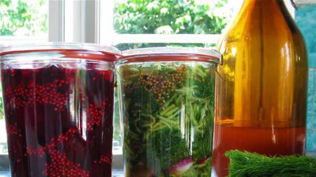 Syltede grøntsager i glas.