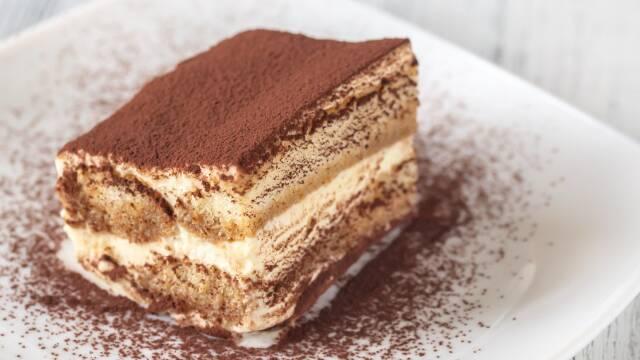 desserten tiramisu på en tallerken