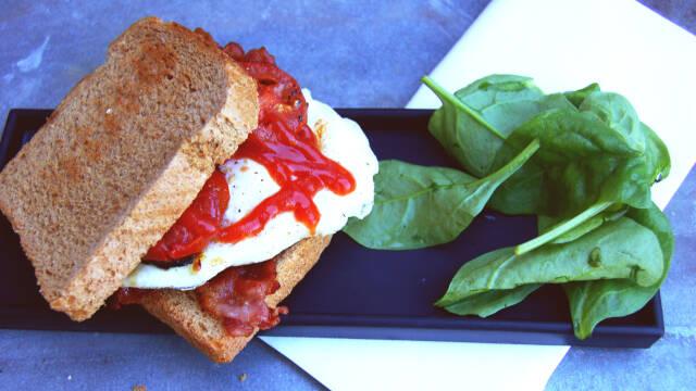 Sprød toast med æg, tomat, bacon og ketchup