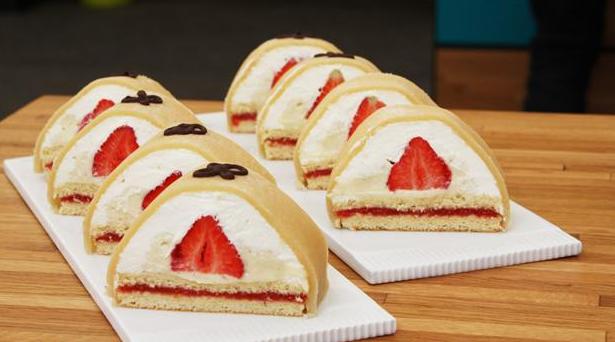 Fine gåsebryster med overtræk af marcipan og jordbær i midten.