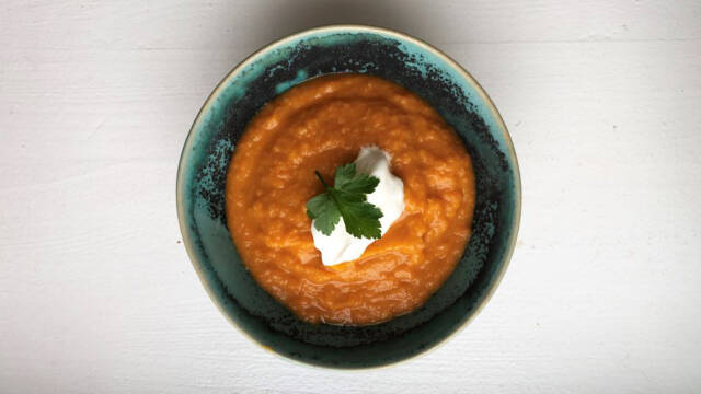 tyrkisk linsesuppe med creme fraiche og persille i skål