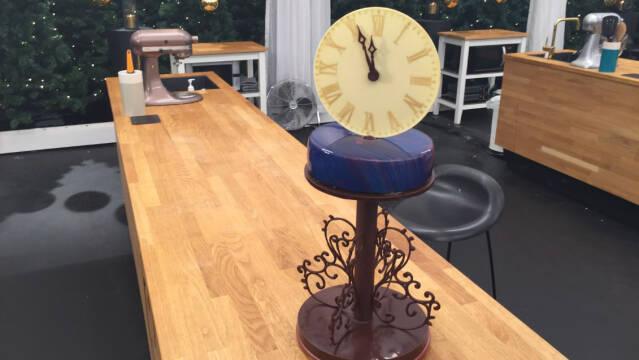 kage formet som et nytårsur på et bord i bagedystteltet