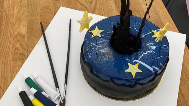 Blå kage med gule stjerner på et lærred