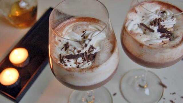 Varm chokolade med cognac serveret med flødeskum