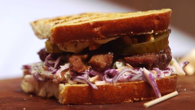 Billede af sandwich med svinekæber og rødkålsslaw