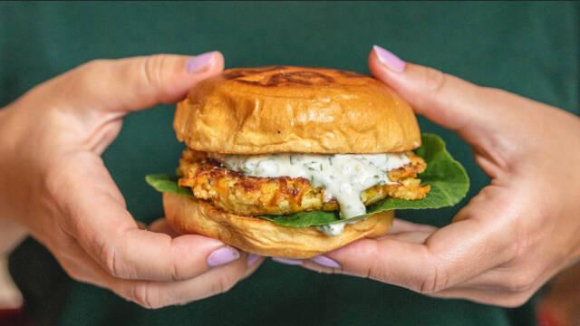 Vegetarburger holdt i to hænder