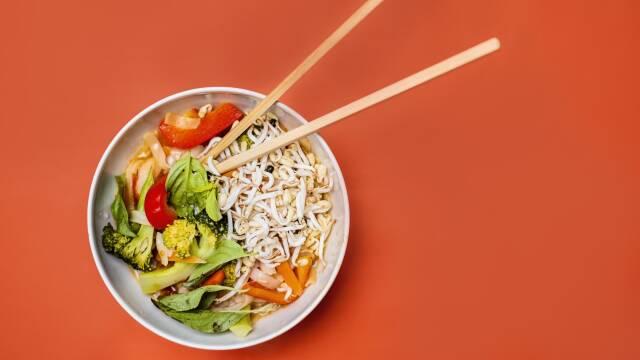grøntsagssuppe med risnudler