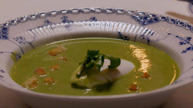 Grøn suppe i dyb tallerken med pynt