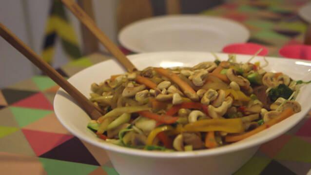 Grøntsager, kylling og nudler - wokret