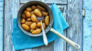 En grydefuld brunede kartofler