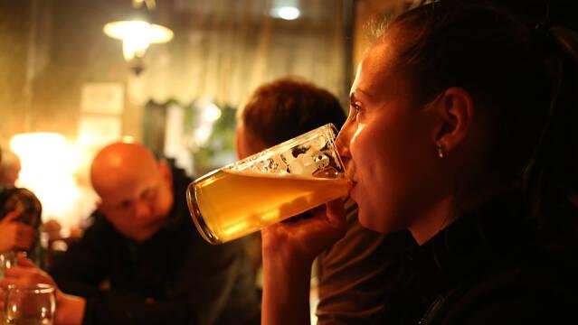 Pige drikker øl