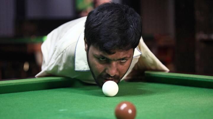 Pakistansk snookerspiller er født uden arme. I stedet banker han konkurrenterne med hagen