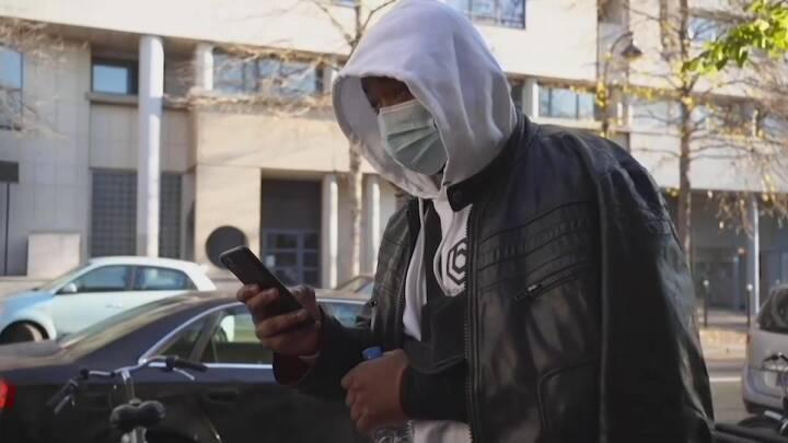 Fire betjente suspenderet efter tåregas og tørre tæsk til sort franskmand