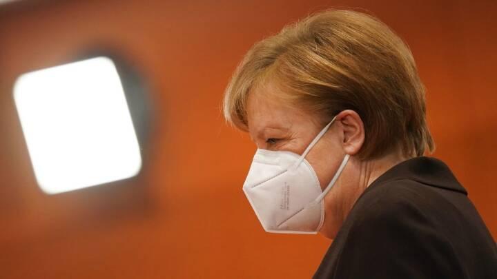 Bør Merkel lade sig stikke på live-tv? Tyskland kæmper for at redde udskældt vaccines ry