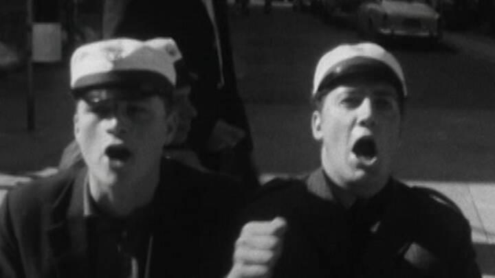 Så kører studenterne: Her er et par herlige (og måske lidt berusede) gymnasiedrenge på Strøget i 1967