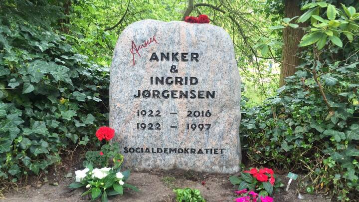 Anker Jørgensens underskrift indgraveret på gravstenen