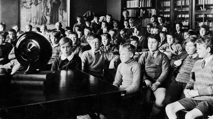1925-1950: Statsradiofoniens spæde start, tysk censur og våben i Radiohuset