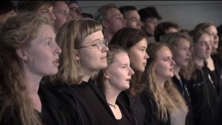 Garanti for kuldegysning: Se folk fra hele landet synge dansk megahit