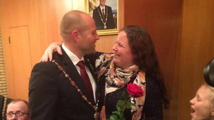 Romantisk byrådsmøde: Borgmester får både kæde og kone