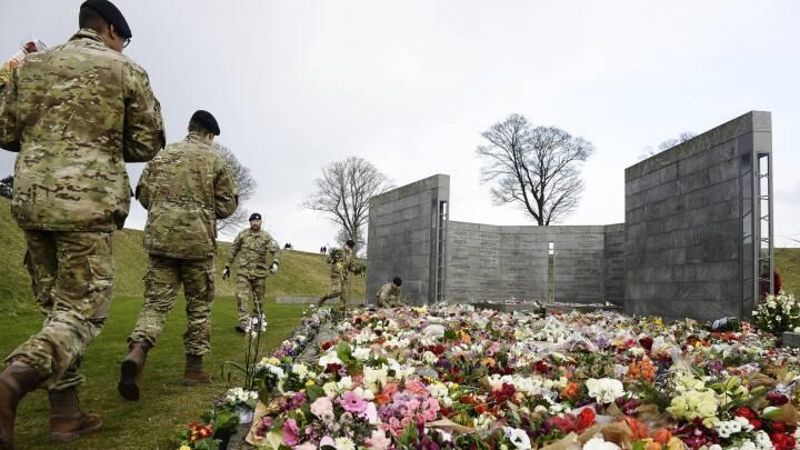 Fire lastbiler kørte prins Henriks blomster til Kastellet