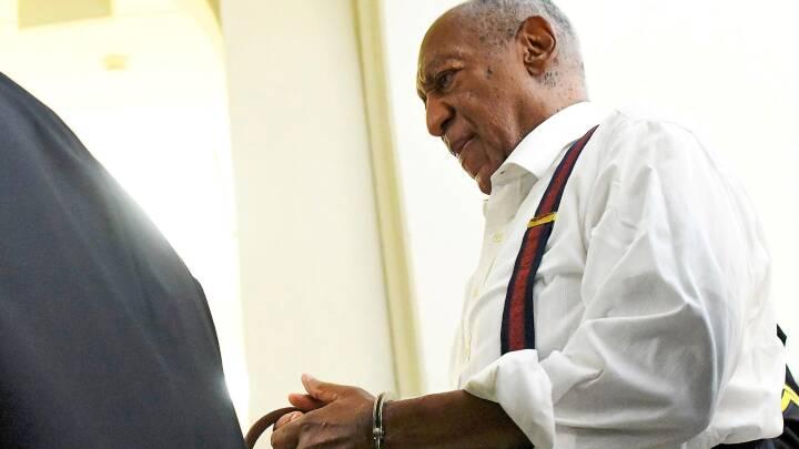 Cosby forlader retten i håndjern: 'Endelig er hans maske røget af'