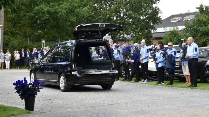 Medarbejdere sagde farvel til Lars Larsen med blå roser: 'Han takkede os altid for indsatsen'