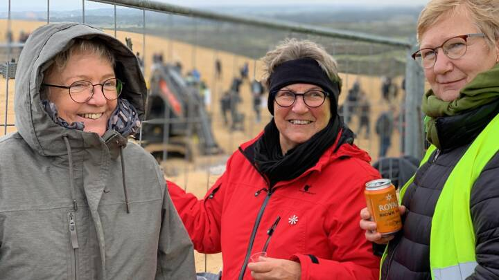 Lisbeth og veninderne skåler i nordjysk bitter: Tusinder følger flytningen af Rubjerg Knude Fyr