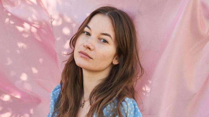 Cecilie i opråb med debutroman: 'Hvorfor skal man kun være sammen med én person ad gangen?'