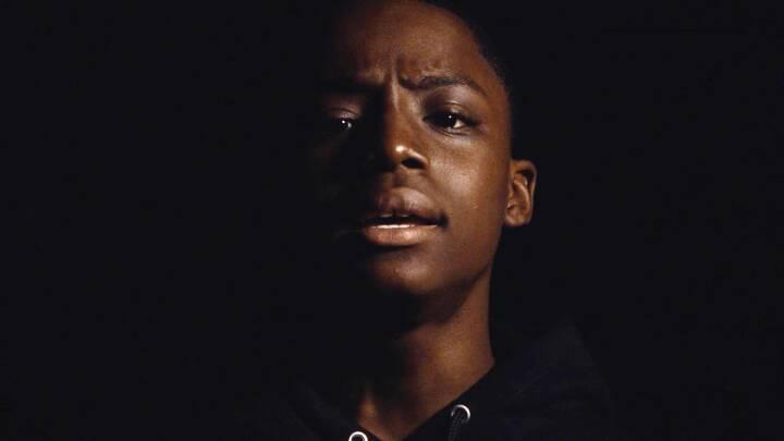 Teenage-sensation gik viralt med stærk sang om politivold. Nu er videoen her