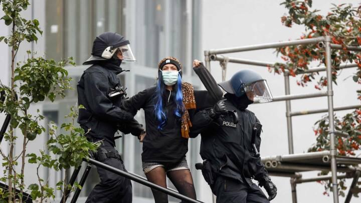 SE BILLEDERNE 'Hele Berlin hader politiet', råber demonstranterne, mens  Berlins svar på Ungdomshuset bliver ryddet