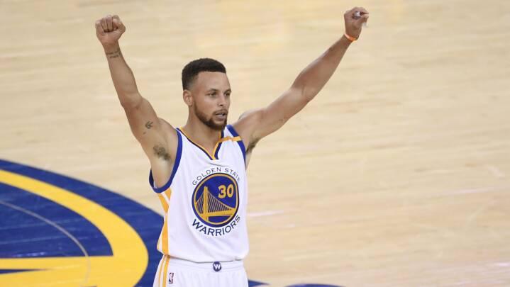 Vild video: Nu hyldes basketstjerne som 'den bedste i historien' til trepointsskud