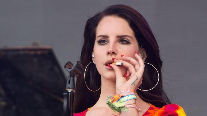 Kontroversiel popstjerne ramt af heftig kritik efter venindebillede: 'Hun er typen, der slår først'