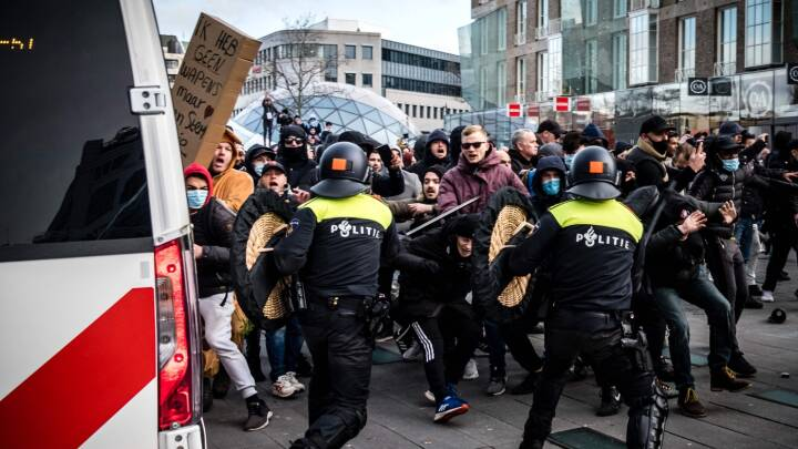SE BILLEDERNE: Politiet brugte tåregas og vandkanoner mod demonstranter i Holland