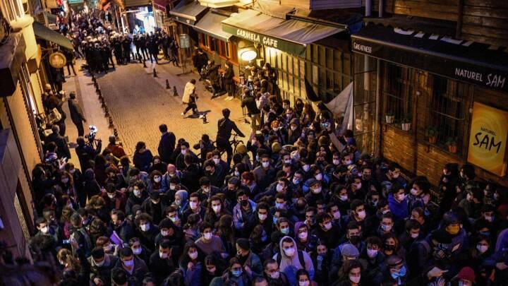 Tyrkiske unge går på gaden - Erdogan kalder dem for 'terrorister' og 'LGBT unge'