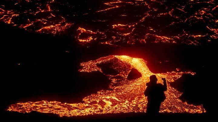 Se de vilde billeder: Glødende lava lokker turister til vulkanudbrud