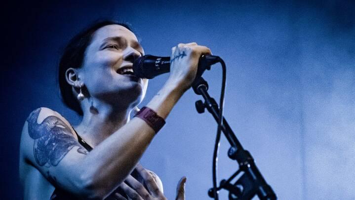 Dansk musiker vil have lov at være vred: 'Som kvinde føler jeg, det er mig, der skal sørge for den gode stemning'