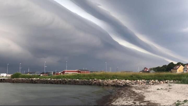 Regn, torden og smukke skyformationer: Se de vilde billeder