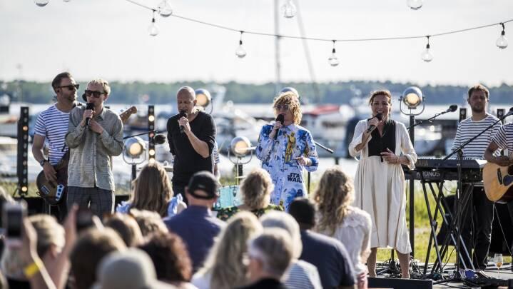 'Sommertogtet' lægger til kaj: Højt humør og musik under åben himmel i Ebeltoft