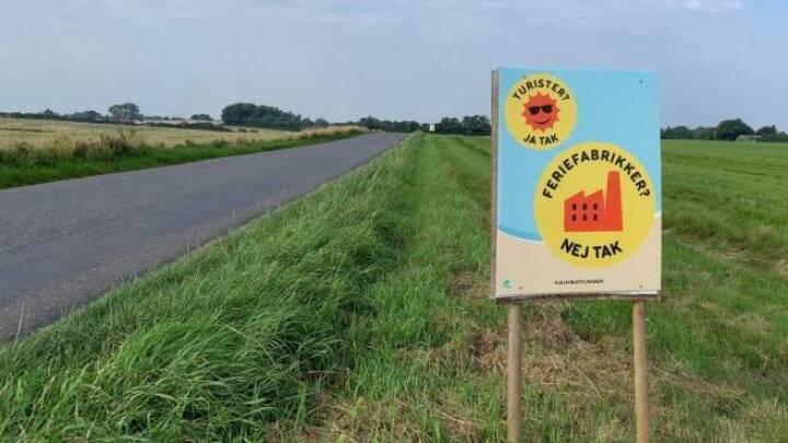 Møns turistforening meldte protestskilte til kommunen: 'Vi har en bekymring, i forhold til hvordan turisterne opfatter plakaterne'