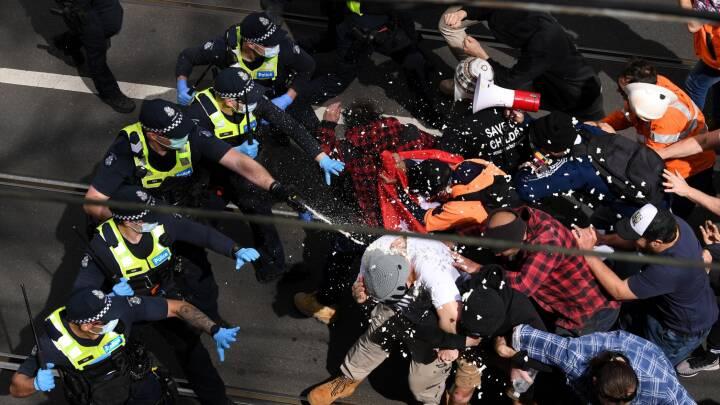 Seks betjente indlagt efter voldelige sammenstød med demonstranter i Melbourne