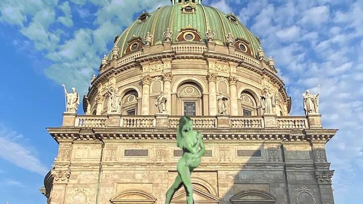 Kunstner vil placere en fem meter høj statue af gravid kvinde foran Marmorkirken, men præst siger nej tak