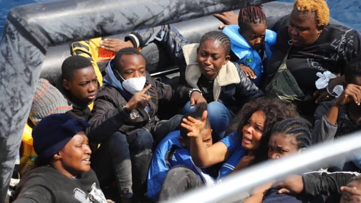 Migranter i chok på Middelhavet: 'Grækerne tæskede os, stjal vores ting og efterlod os på havet'