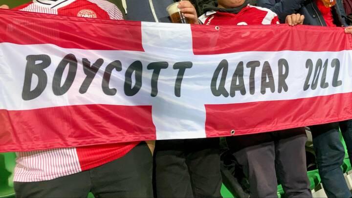Dansk fan fik ultimatum i Parken: Fjern dit Qatar-kritiske flag, eller forlad stadion