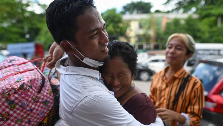 Politiske fanger i Myanmar bliver genforenet med deres familier