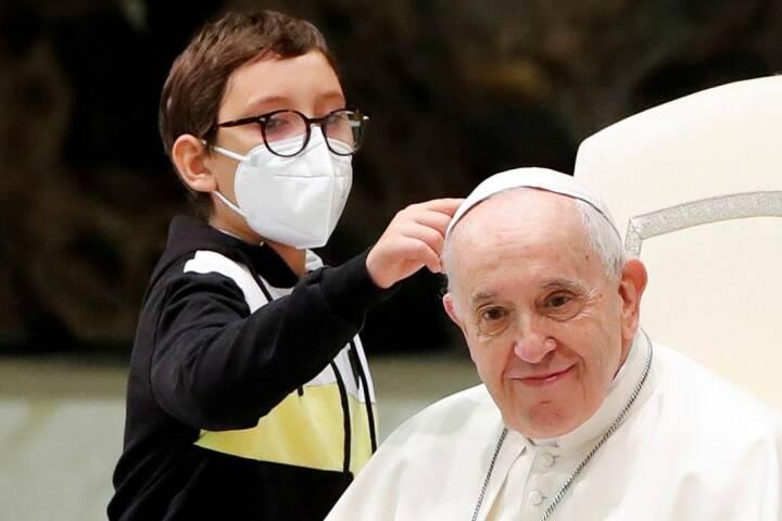 Dreng stjal showet til pavens audiens: Fik hvid kalot og blev pavens sidemakker