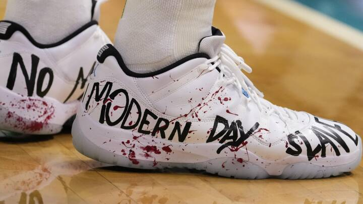 NBA-stjerne iklæder sig blodplettede sko og angriber sportsgiganten Nike