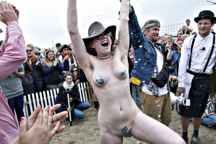 BILLEDSERIE 22-årige Julie dansede nøgen-stop-linedance og vandt en Roskilde-billet