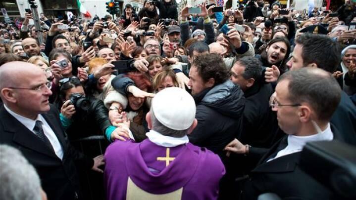 BILLEDSERIE: Tusinder ville se paven