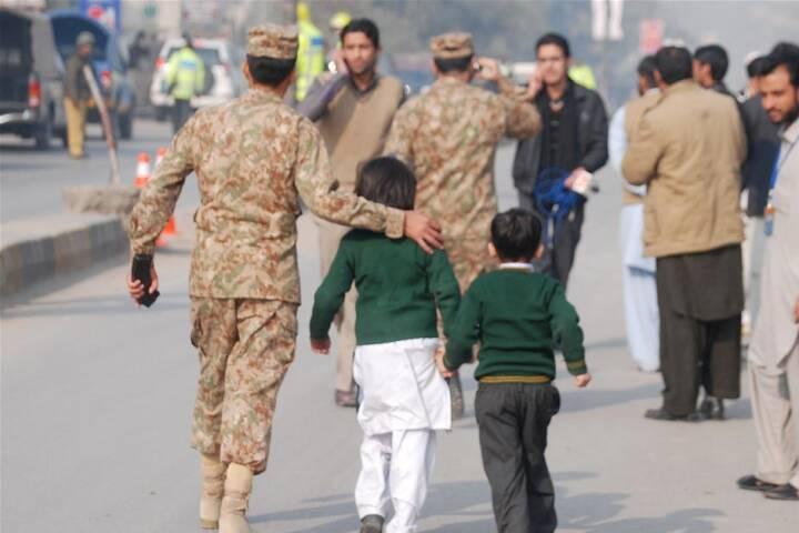 BILLEDER Taliban stormer skole med 500 lærere og elever